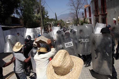 Enfrentamiento Atzompa Oax-pobladores vs policias estatales-19 febrero 2014