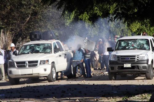 Estatales vs maestros por control de escuela-San Pedro Martir Oax-19 dic 2013