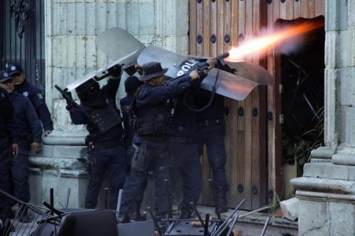 policias vs porros-conflicto UABJO-derecho-17 nov 2016